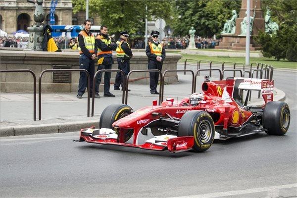 Kimi Räikkönen, a Forma-1-es Ferrari finn pilótája halad a Lánchíd pesti hídfőjénél a Nagy Futam III. elnevezésű légi- és autós parádén, Budapesten 2015. május 1-jén. MTI Fotó: Marjai János