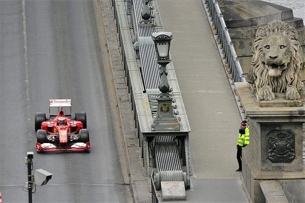 Kimi Räikkönen, a Forma-1-es Ferrari finn pilótája halad a Lánchíd pesti hídfőjénél a Nagy Futam III. elnevezésű légi- és autós parádén, Budapesten 2015. május 1-jén. MTI Fotó: Lakatos Péter