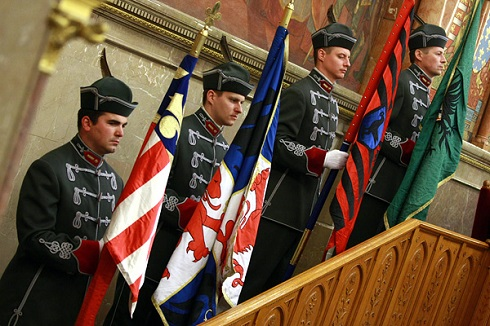 Annyit már sikerült elérni, hogy történelmi zászlóink felvonulása a Parlamentben bocskaiban történik.