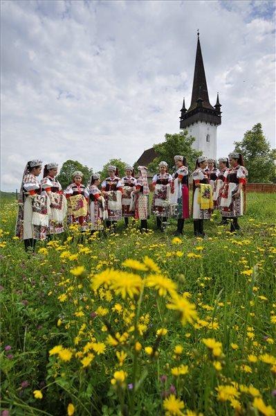 Kalotaszegi népviseletbe öltözött fiatal nők a pünkösdvasárnapi istentisztelet után az erdélyi Körösfő református templománál 2015. május 24-én. MTI Fotó: Czeglédi Zsolt