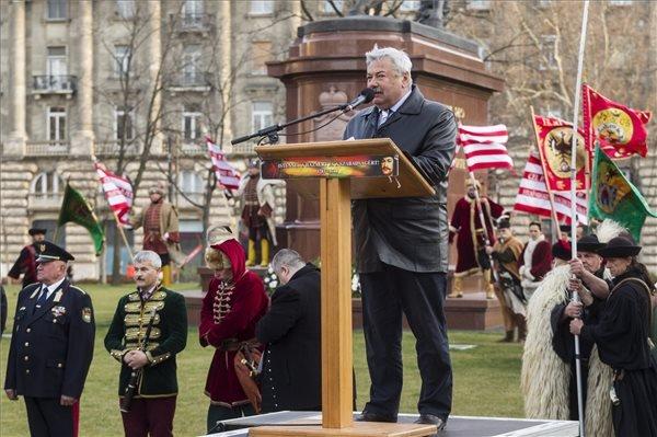 Lomnici Zoltán, az Emberi Méltóság Tanácsának elnöke beszédet mond a Rákóczi Öröksége Mozgalom és a Rákóczi Lovasai Hagyományőrző Egyesület ünnepségén, amelyet II. Rákóczi Ferenc születésének 339. évfordulója tiszteletére rendeztek az Országház előtti Kossuth Lajos téren álló Rákóczi-szobor előtt 2015. március 27-én. MTI Fotó: Szigetváry Zsolt