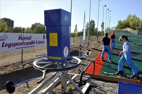 Síoktatók mutatják be a sífelvonó használatát az újpesti Szilas-patak partján átadott műanyag borítású sípályán 2013. október 3-án. Az egész évben működő pályát az újpesti iskolások a testnevelésórák részeként ingyenesen használhatják majd és felszerelést is kapnak.
