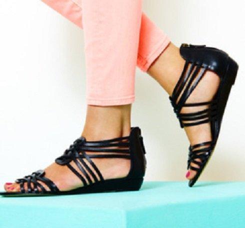 Elkerülhetjük a magas sarok gyötrelmeit, ha legalább egy hajszálnyit emelve van cipősarkunk