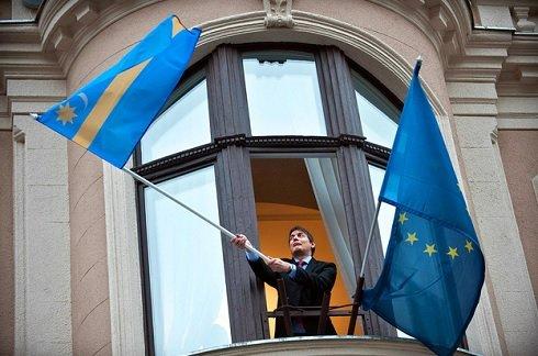 Budapesti zászló kitűzés: Vattamány Zsolt, a VII. kerület fideszes polgármestere kitűzi a székely lobogót a polgármesteri hivatal homlokzatára Budapesten 2013. február 5-én