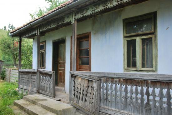 A hagyományos Székelyföldi faházak jellegzetes tornácaikról, kis ablakaikról és kék, légyriasztó színükről könnyen felismerhetőek.