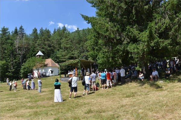 Résztvevők a Szent Anna-napi búcsúban az erdélyi Tusnádfürdő közelében lévő Szent Anna-kápolnánál 2015. július 26-án.