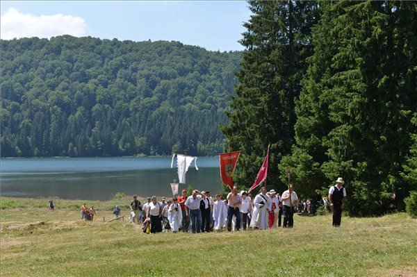 Körmenet résztvevői a Szent Anna-búcsúban az erdélyi Tusnádfürdő közelében lévő Szent Anna-tónál 2015. július 26-án.
