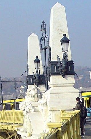 Szent Koronánk leláncolva, két obeliszkkel közrezárva a Margit-hídon