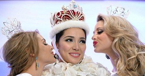 Bea Rose Santiago (K), Fülöp-szigeteki szépségkirálynő, két udvarhölgyével, Nathalie den Dekker (B), és a holland második helyezett Casey Radley (J) Új-Zélandból, a Tokióban megrendezett szépségversenyen 2013. december 17-én. - Fotók: AFP