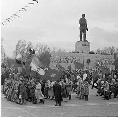 Mikus Sándor 8 méteres Sztálin bronz szobrába olvasztották minden valószínűség szerint, többek között Tisza István, Darányi Ignác és gróf Andrássy Gyula szobrát, s így össztömege végül 6,5 tonna lett. Ahhoz azonban, hogy a szobor megfelelő térbe kerüljön, valamint, hogy a Felvonulási tér katonai díszszemlék megtartására is alkalmassá váljon, ki kellett szélesíteni a Dózsa György út városligeti szakaszát mintegy 25 méterrel, 85 méter mélységűre.
