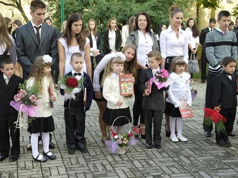 Tanévnyitó Kárpátalján - Csap: a 12. évfolyamosok vezetik be az elsősöket.