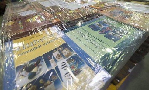 Tankönyvek ajándékba erdélyi iskoláknak