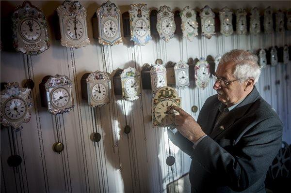 Hatvani Béla átállítja az órák mutatóit a Hatvani család gyűjteményének helyet adó Órák Házában Kunszálláson 2017. október 28-án.