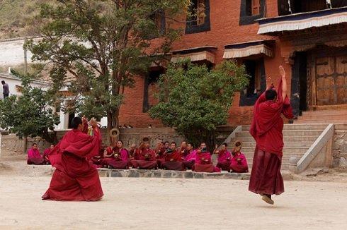 Tibeti levitáló szerzetes