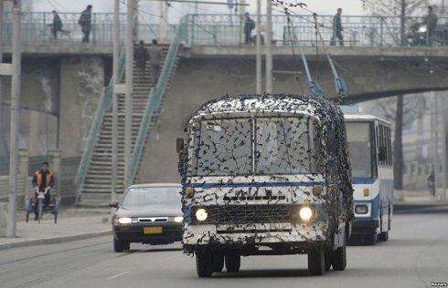A tömegközlekedési eszközöket álcaháló fedi