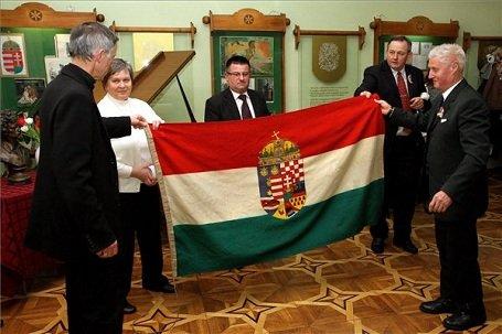 Kárpátalja – Petőfi-szobor és 100 éves magyar zászló adomány