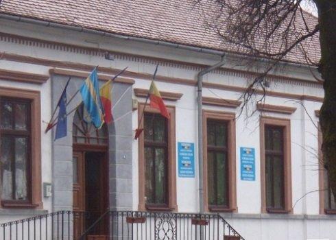 Kovászna megyei Uzon, Polgármesteri Hivatal. Egyelőre helyén marad a székely zászló
