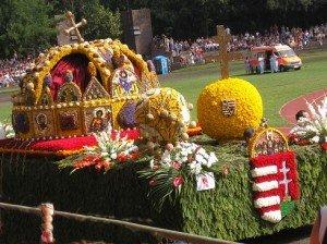 Hárommillió virág, 16 virágkocsi, 23 együttes a Debreceni Virágkarneválon