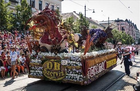 A japán Tojama megye és a debreceni DH-Szervíz Kft. Sárkányok harmóniában nevű virágkocsija a 44. Debreceni Virágkarneválon 2013. augusztus 20-án. MTI Fotó: Czeglédi Zsolt
