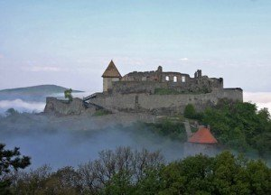 A visegrádi kettős várrendszert 1250-1260 körül építette IV. Béla király és felesége, a királynő hozományából, így ez az egyik legrégebbi fellelhető várrom az országban.