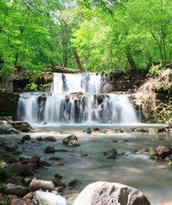 Robajló víztömeg, amely előtt fejet hajt a szikla is – Vízesések Magyarországon