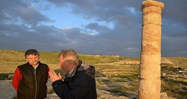 Az Országgyűlés Sajtóirodájától kapott képen Kövér László, az Országgyűlés elnöke (j) és Vörös Győző ókorkutató látható a Holt-tenger keleti partján magasodó Mahérusz (Machareus) erődítmény romjainak feltárásánál 2015. március 19-én. A házelnök jordániai tartózkodásának utolsó napján kereste fel  az erődítményt,  Heródes király palotáját, Keresztelő Szent János mártíromságának helyszínét, amelyet magyar régészek vezetésével tárnak fel. Az evangéliumi helyszínen 2009 óta tartó egyetlen magyar feltárást Vörös Győző ókorkutató mutatta be Kövér Lászlónak. MTI Fotó: Az Országgyűlés Sajtóirodája / Szilágyi Zoltán