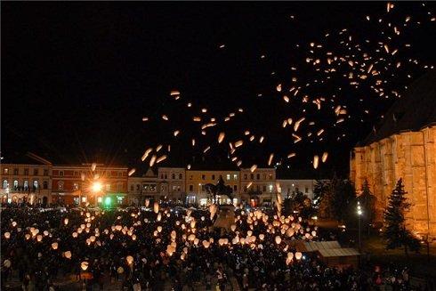 570 lámpást eresztenek a magasba Kolozsvár főterén Mátyás király szobránál, az uralkodó 570. születésnapjának előestéjén. Az esemény a 21. Mátyás Napok nyitómomentuma volt. MTI Fotó: Biró István