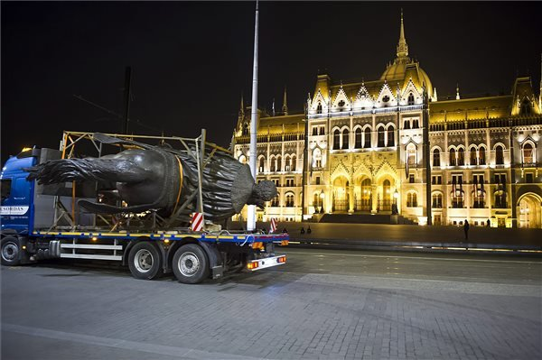 Hordkereten fekszik Andrássy Gyula (a kiegyezés miniszterelnöke, későbbi osztrák-magyar külügyminiszter) nagyméretű, bronzból öntött, korábbi lovas szobrának mása Budapest V. kerületében, a Kossuth téren 2015. május 5-én. A néhai miniszterelnök 6,5 méter magas szobra az utolsó hiányzó műalkotás a Kossuth tér korábbi arculatának rekonstruálásához. Az 1904-ben átadott Országház térre 1906. december 2-án került az eredeti szobor, amely Zala György munkája volt. A parlament déli oldalához kerülő új bronzszobrot a Bencsik Alkotóközösség Művészeti Kft. szobrászai készítették. MTI Fotó: Lakatos Péter