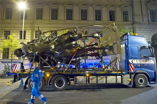 Hordkereten érkezik Andrássy Gyula (a kiegyezés miniszterelnöke, későbbi osztrák-magyar külügyminiszter) nagyméretű, bronzból öntött, korábbi lovas szobrának mása a Kossuth térre, Budapest V. kerületében, az Alkotmány utcában 2015. május 5-én. A néhai miniszterelnök 6,5 méter magas szobra az utolsó hiányzó műalkotás a Kossuth tér korábbi arculatának rekonstruálásához. Az 1904-ben átadott Országház térre 1906. december 2-án került az eredeti szobor, amely Zala György munkája volt. A parlament déli oldalához kerülő új bronzszobrot a Bencsik Alkotóközösség Művészeti Kft. szobrászai készítették. MTI Fotó: Lakatos Péter