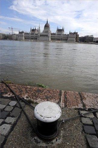 Budapest, 2013. június 4. Az áradó Duna Budapesten, a Parlamentnél 2013. június 4-én. MTI Fotó: Földi Imre