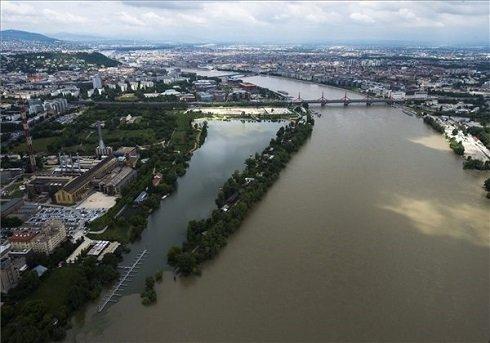 Az áradó Duna Budapesten, a Kopaszi-gátnál 2013. június 4-én. MTI Fotó: Illyés Tibor