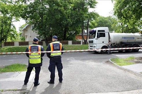 Közterület-felügyelők állnak Csillaghegyen, a lezárt III. kerületi Királyok útján 2013. június 4-én. A miniszterelnök az árvíz miatt veszélyhelyzetet hirdetett Győr-Moson-Sopron és Komárom-Esztergom megye egészére, valamint Pest megye és a főváros Duna-part menti területeire. MTI Fotó: Kovács Attila