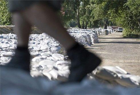 A Duna áradása miatt bordákkal megerősített gát a bajai Petőfi szigeten 2013. június 9-én. MTI Fotó: Ujvári Sándor