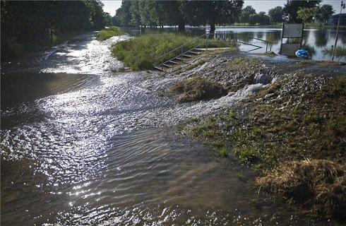 A Duna magas vízállása miatt a Daru utca végén a Sugovica átbukott a sziget védőgátján Baján 2013. június 9-én. MTI Fotó: Ujvári Sándor