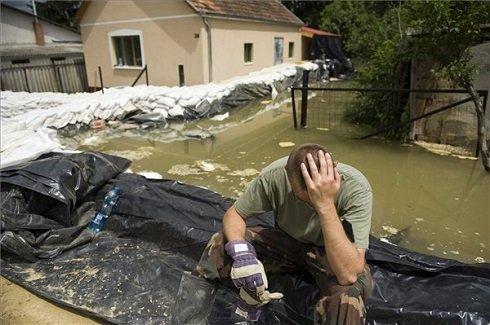 Egy, az árvízi védekezésben részt vevő katona pihen a Tolna megyei Bátán 2013. június 11-én. A településnél reggel 761 centiméteres vízállást mértek a Dunán. A tetőzés június 12-én délután 775 centiméteren várható, az előre jelzett szint 34 centiméterrel haladhatja meg a 2002-es árvíz idején mért, eddigi legmagasabb, 741 centiméteres vízállást. MTI Fotó: Koszticsák Szilárd