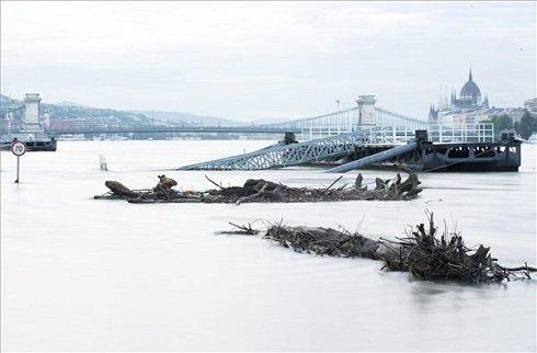 Az apadó Duna Budapesten 2013. június 10-én este. A fővárosban tovább folytatódott a lassú apadás, az éjféli 871 centiméteres vízállás hét centiméteres csökkenéssel hajnali 4 órára 864-re apadt. A háttérben a Lánchíd és az Országház látható. MTI Fotó: Illyés Tibor