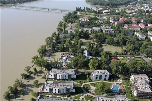A kiöntött Duna által körbevett lakóépületek a kitelepített Római-parton 2013. június 8-án. MTI Fotó: Kocsis Zoltán