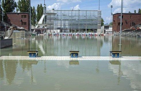 A margitszigeti Hajós Alfréd Nemzeti Sportuszoda külső nagymedencéje, amelybe feltört az áradó Duna vize 2013. június 9-én. MTI Fotó: Kallos Bea