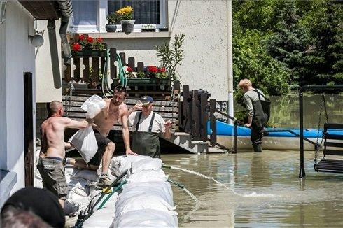 Homokzsákokkal védekeznek egy háznál az árvíz ellen Dunabogdányban, 2013. június 8-án. MTI Fotó: Mohai Balázs