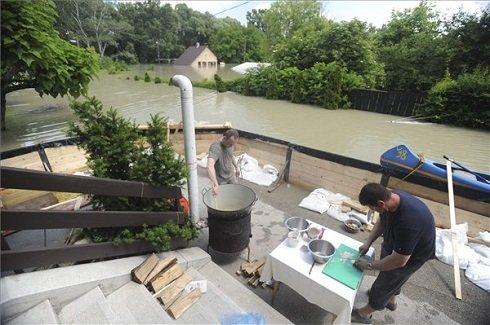 Az áradó Duna egy étterem mellett Dunabogdányban 2013. június 9-én. MTI Fotó: Mihádák Zoltán