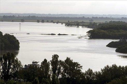 Az áradó Duna Dunaújvárosnál 2013. június 11-én reggel. A folyó éjjel egy órakor 755 centiméteren tetőzött. MTI Fotó: Sóki Tamás