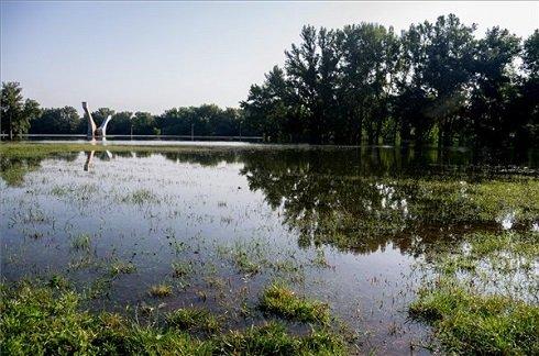 Dunaújváros, 2013. június 11. A Duna elöntött ártere Dunaújvárosnál 2013. június 11-én reggel. A folyó éjjel egy órakor 755 centiméteren tetőzött. MTI Fotó: Sóki Tamás