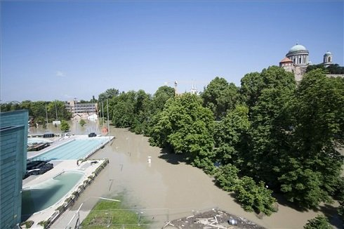 Homokzsákokkal védik az Aquasziget Esztergom Élményfürdő medencéit az árvíztől 2013. június 8-án. Háttérben az esztergomi bazilika. MTI Fotó: Szekeres Panna