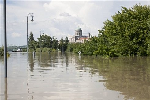 A Duna által elöntött terület Esztergomban 2013. június 8-án. MTI Fotó: Szekeres Panna
