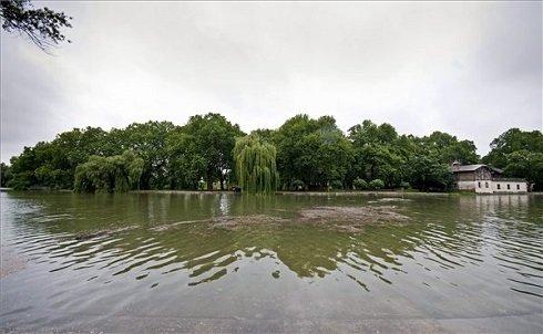 Győr, 2013. június 4. Az áradó Rába Győrben, a Radó-szigetnél 2013. június 4-én. A miniszterelnök az árvíz miatt veszélyhelyzetet hirdetett Győr-Moson-Sopron és Komárom-Esztergom megye egészére, valamint Pest megye és a főváros egyes területeire. MTI Fotó: Krizsán Csaba