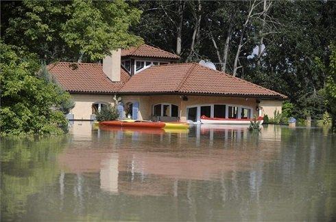 A Duna áradása miatt vízben álló ház Szentendre és Leányfalu határában 2013. június 9-én. MTI Fotó: Mihádák Zoltán