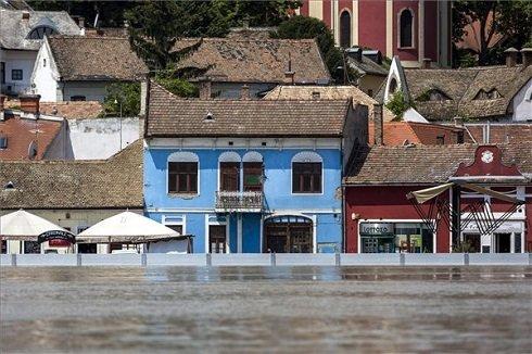 A Szentendre belvárosa, előtte az áradó Dunától védő mobil árvízvédelmi fal 2013. június 9-én. MTI Fotó: Mohai Balázs