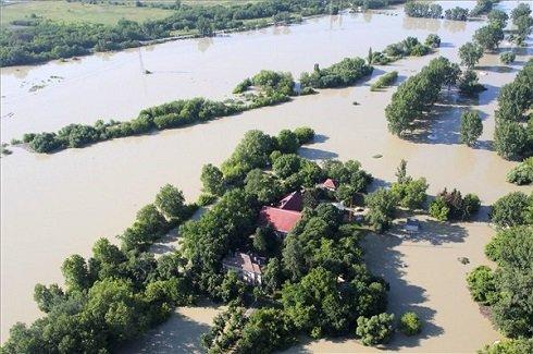 A medréből kilépett Duna a Szentendrei-szigetnél 2013. június 8-án. MTI Fotó: Kocsis Zoltán