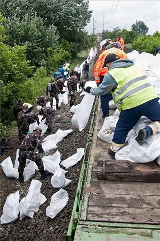 A tatai Klapka György lövészdandár katonái nyúlgátat építenek homokzsákokból Szőny vasúti töltésénél 2013. június 4-én. MTI Fotó: Krizsán Csaba