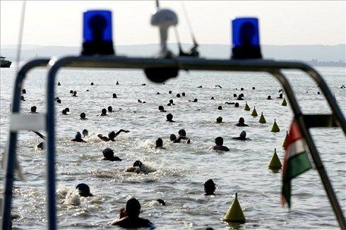 A Balaton-átúszás résztvevői úsznak a révfülöpi part közelében 2013. július 20-án. MTI Fotó: Szigetváry Zsolt